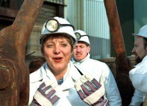 Bei ihrem ersten Besuch der Gorlebener Atomanlagen fährt Bundesumweltministerin Angela Merkel am 23. März 1995 mit dem Förderkorb in den 650 Meter tiefen Erkundungsschacht ein.